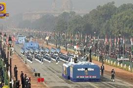 对比强烈!印度国庆阅兵正进行,农民开拖拉机冲入首都冲撞警察,