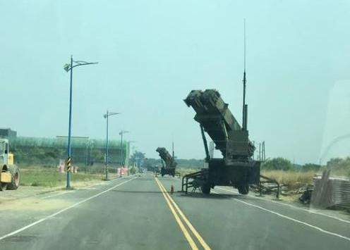 台路上现导弹发射车!台媒:在进行联合防空作战训练